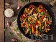 Бързо и вкусно пържено пиле от гърди на тиган със соев сос и зеленчуци - червени и жълти чушки, пресен лук, зелен боб (фасул) от буркан / консерва